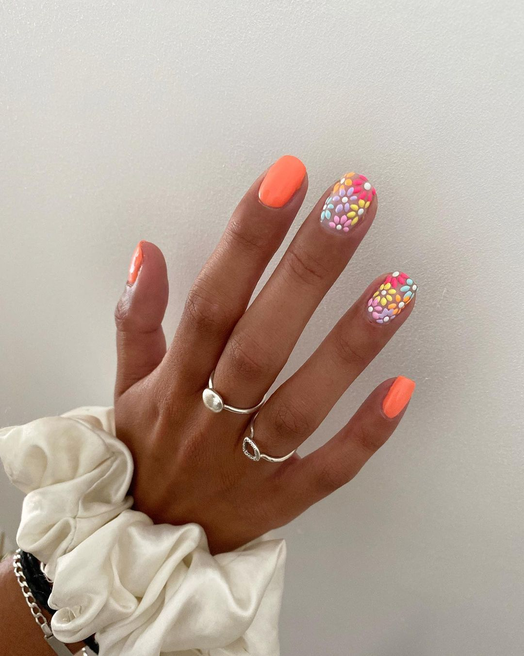 Multicolor peach daisy nails