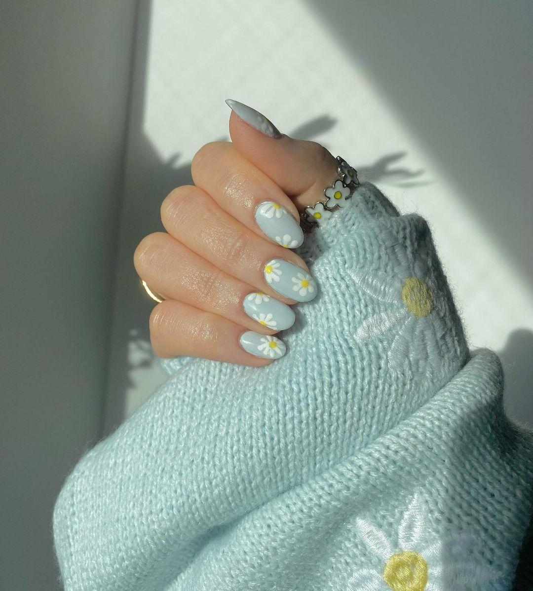 Baby blue daisy nails