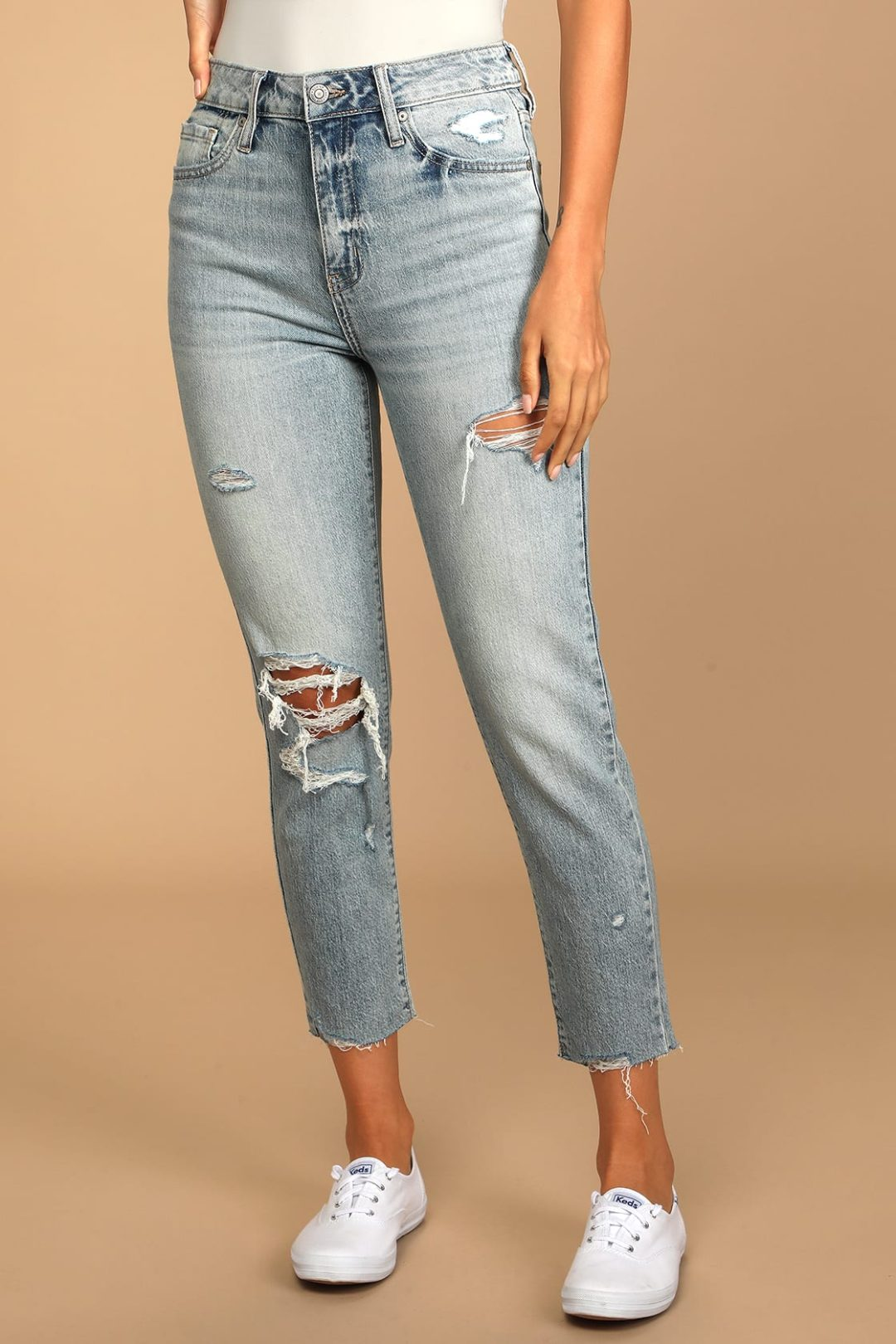What To Wear With Sperrys: Distressed mom jeans