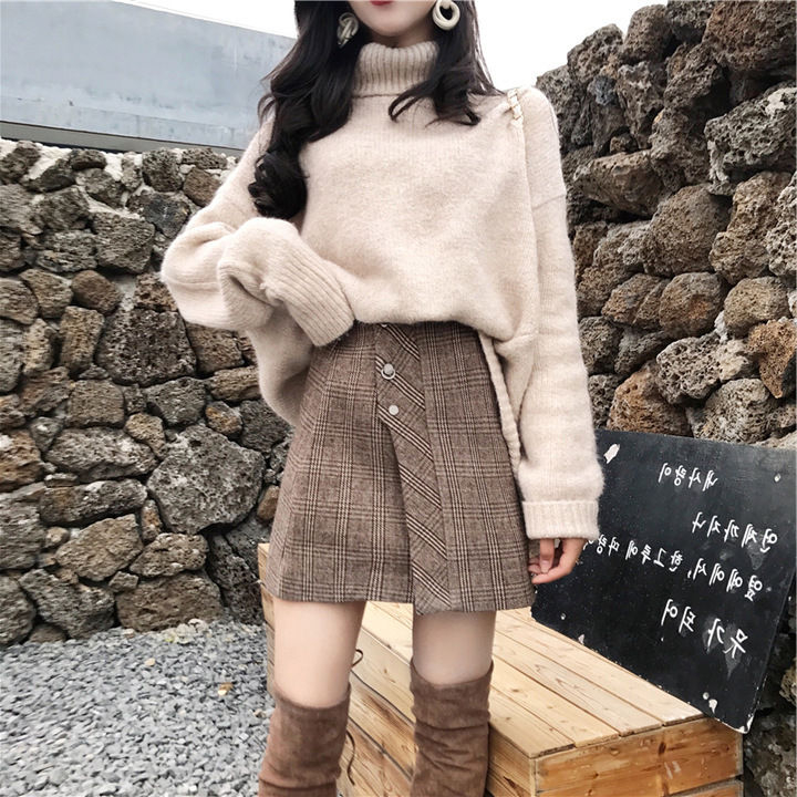 Light Academia Outfits: Plaid mini skirt and turtleneck sweater