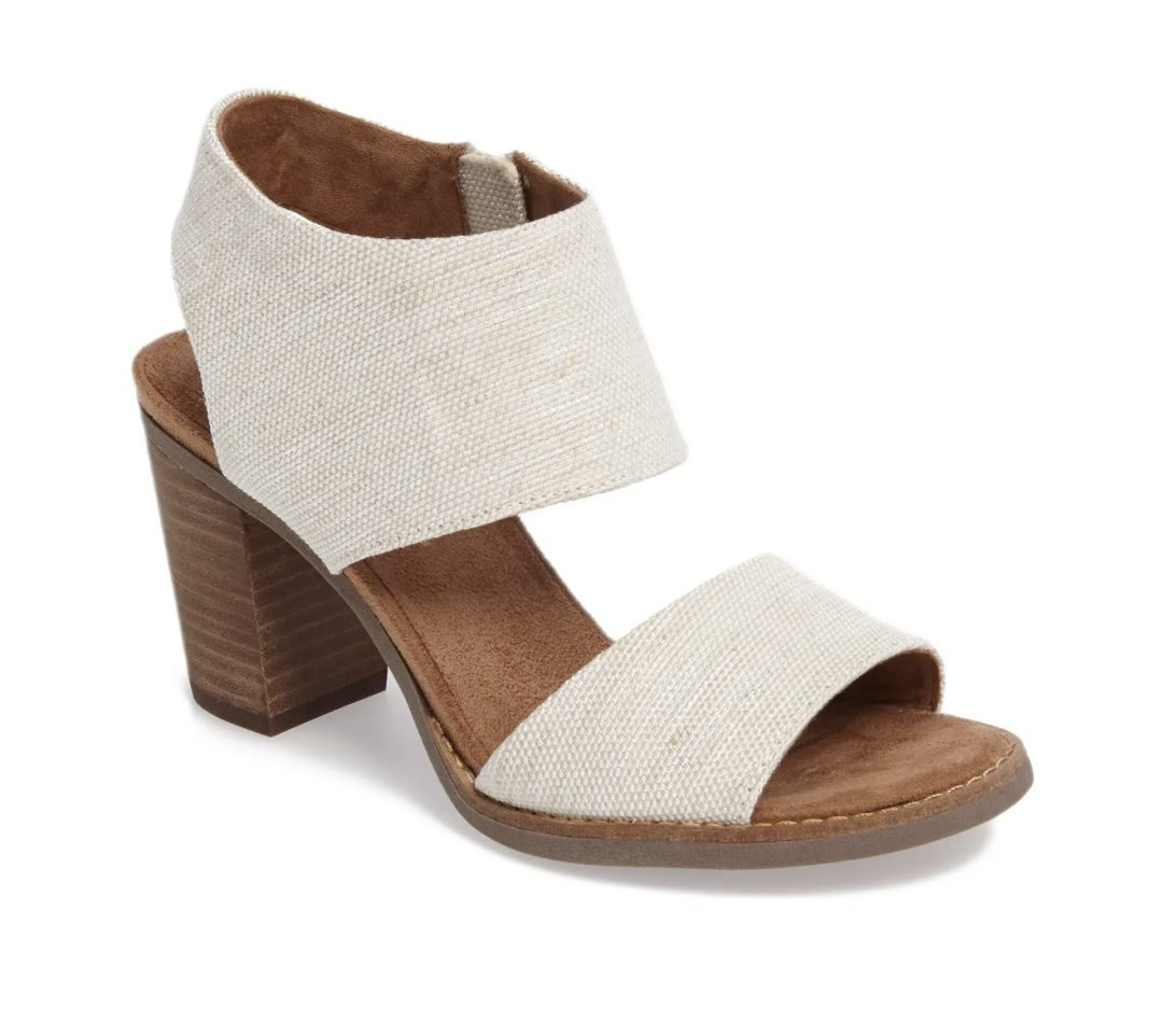 What Color Shoes To Wear With A Yellow Dress: White sandals
