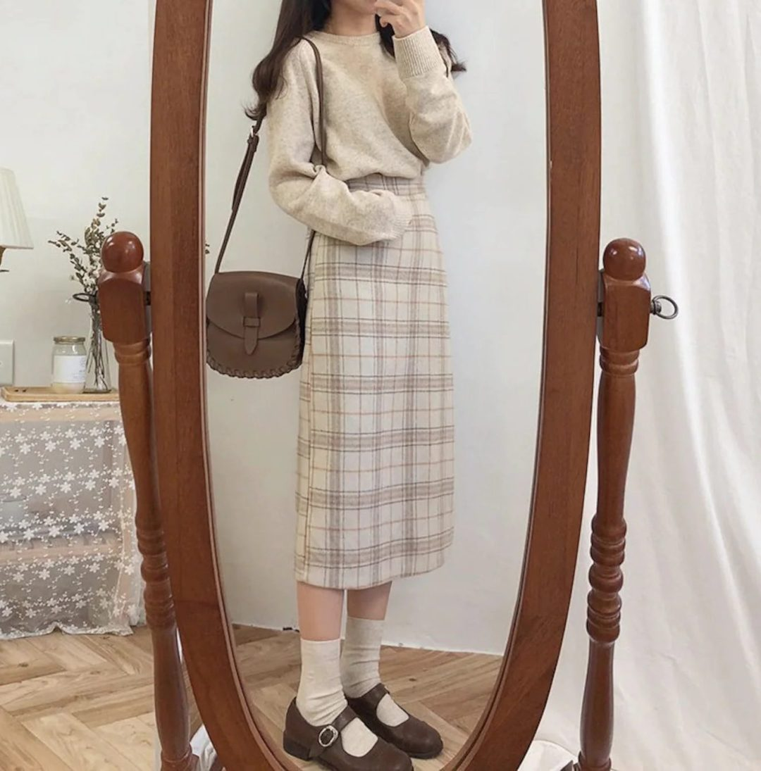 Ligt academia outfit with long plaid skirt