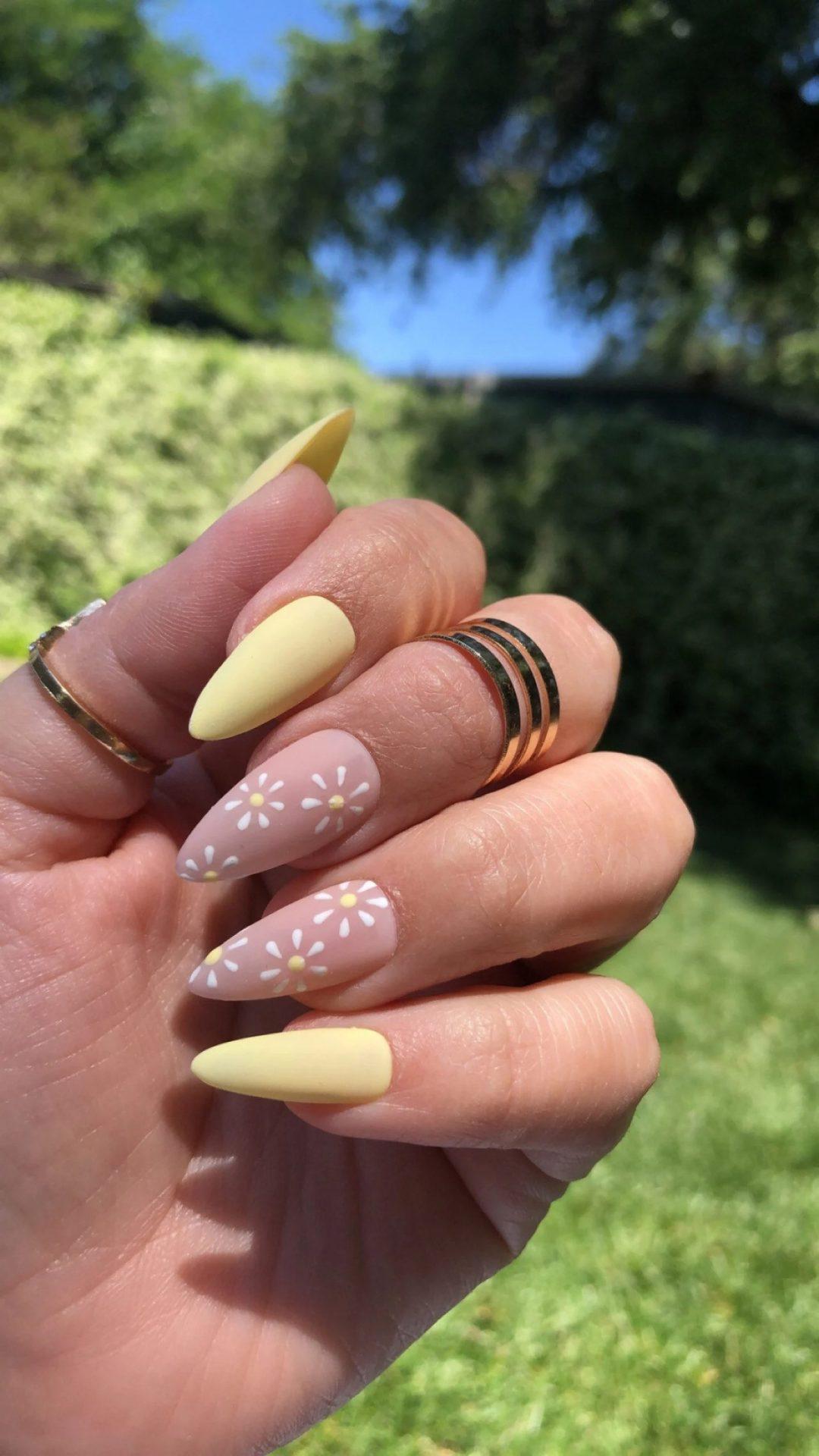 Pastel yellow daisy nails