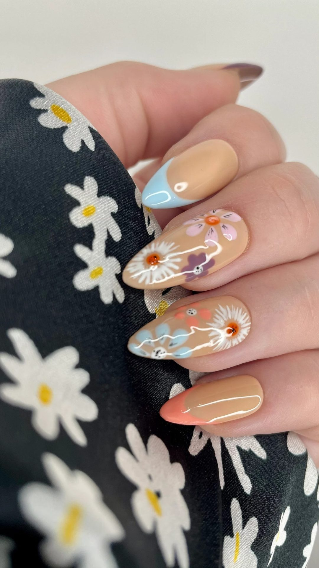 Nude daisy nails