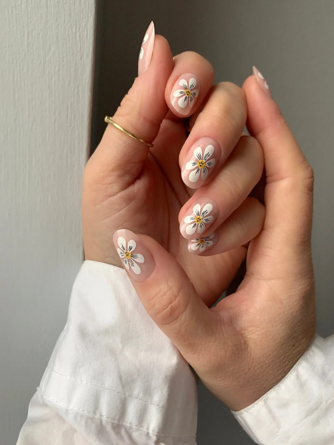 37 Stunning Daisy Nails To Wear All Year Long