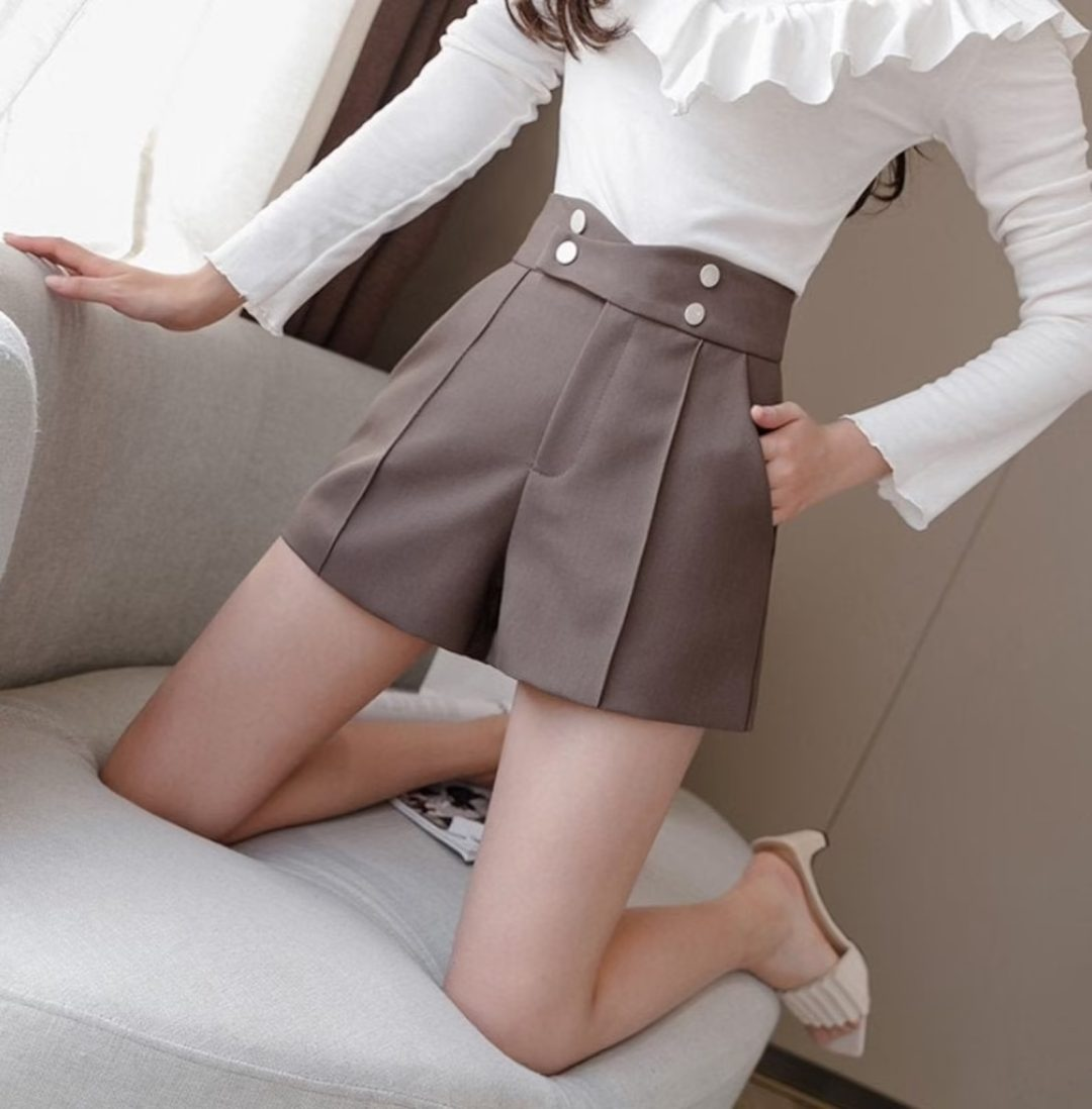 Light Academia Outfits: Pleated shorts