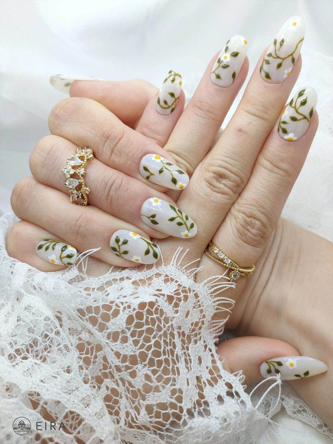 Daisy nails with leaves