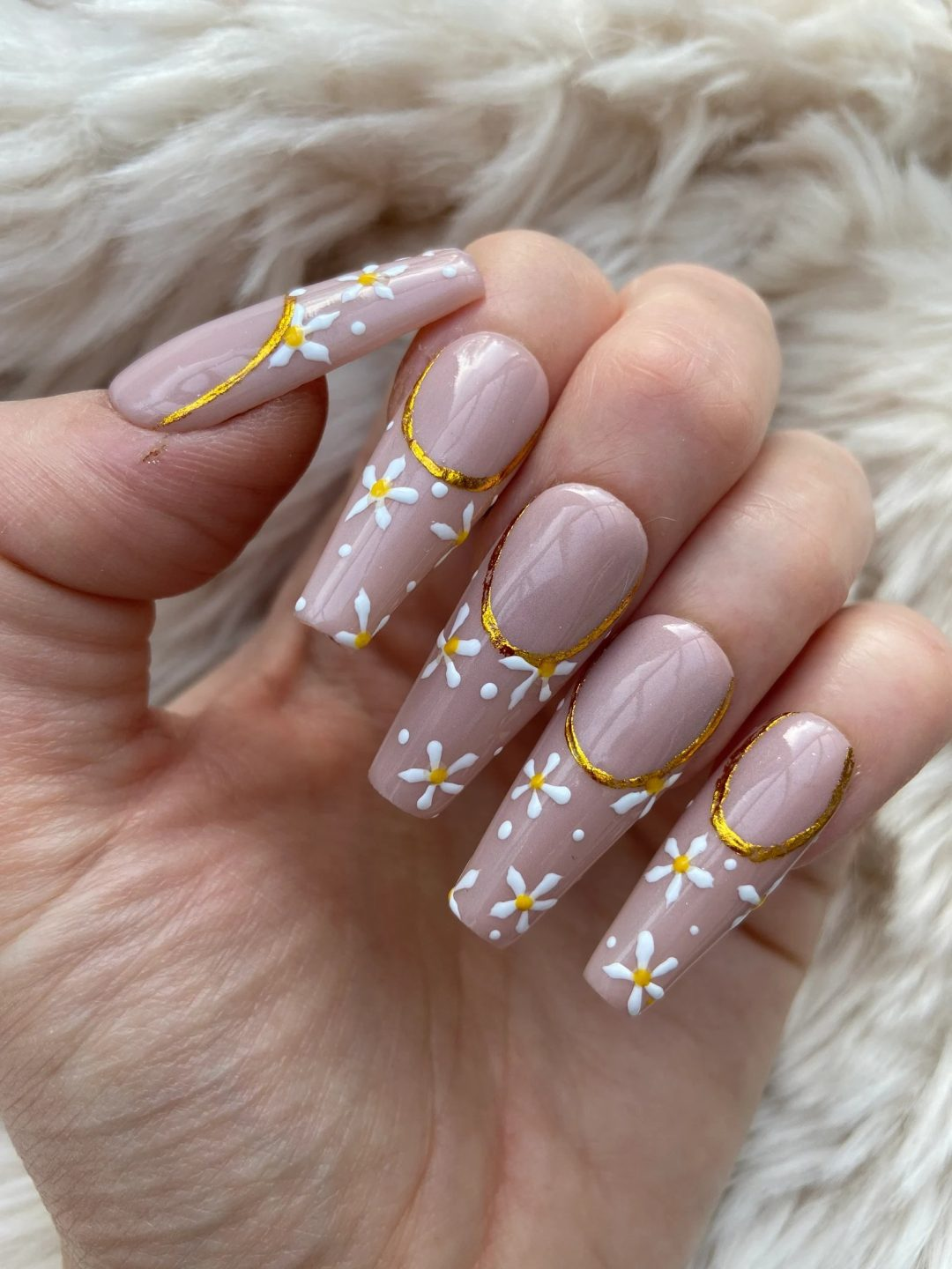 Old rose daisy nails with gold detailing