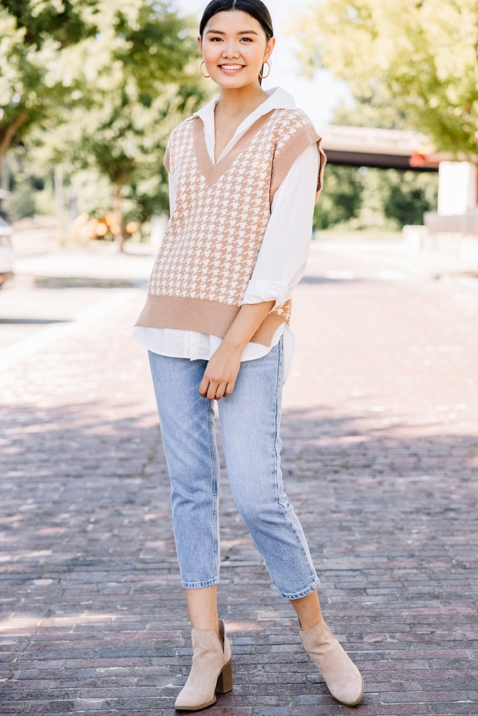 Cute beige gingham knit vest outfit with jeans