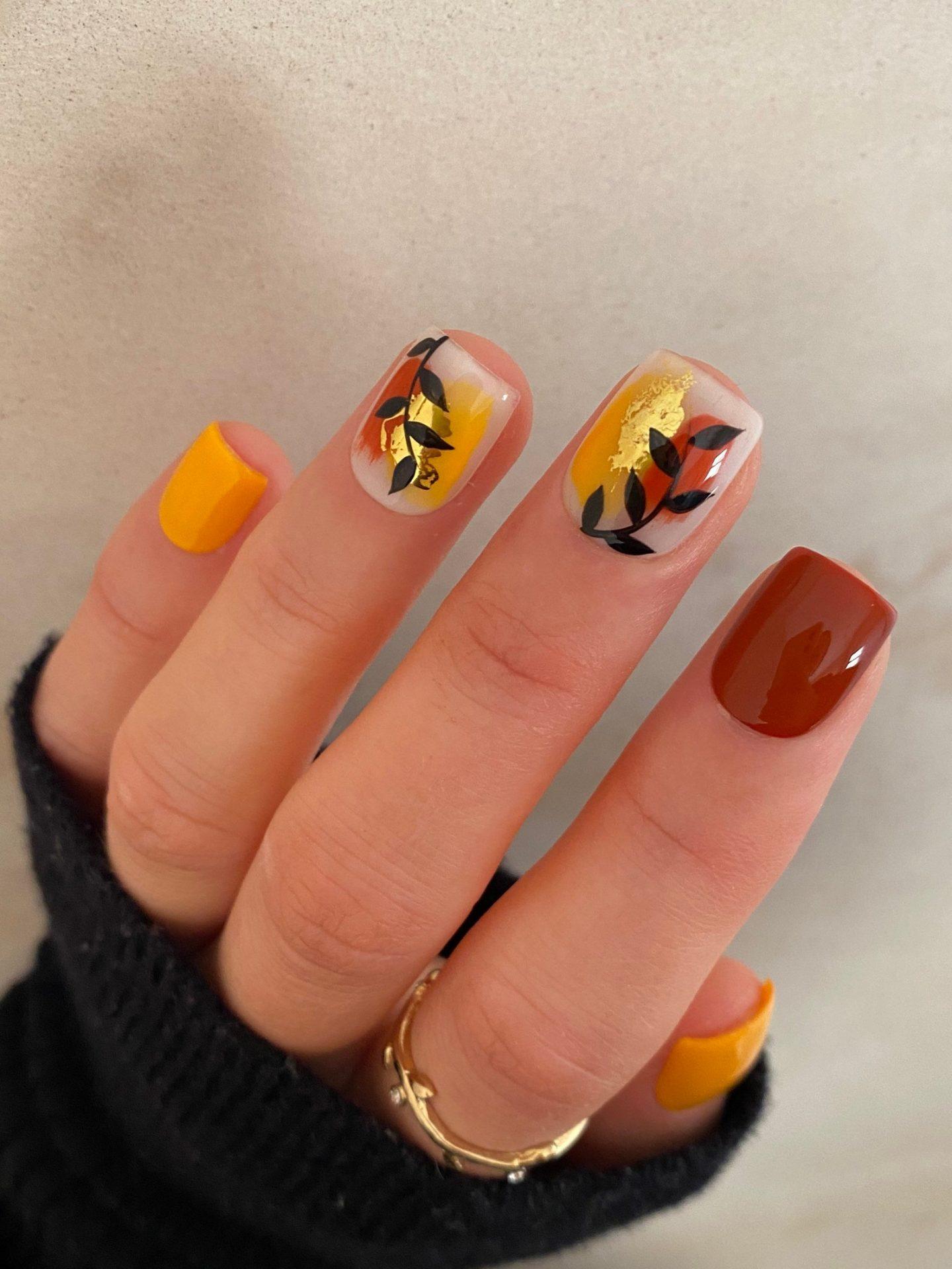 Cute short pumpkin spice nails in square shape