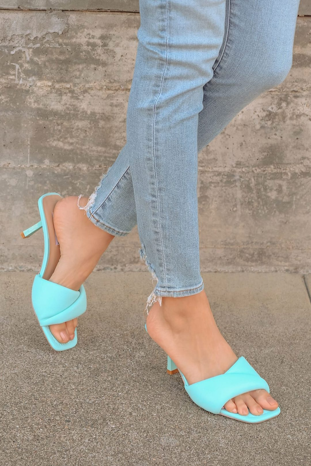 What color shoes to wear with a burgundy dress: Turquoise sandals
