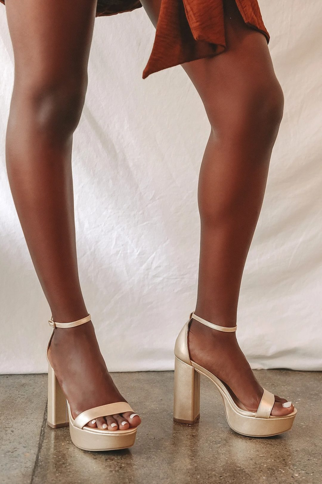 Best Shoe Colors To Wear With A Red Dress: Gold chunky heels with strap