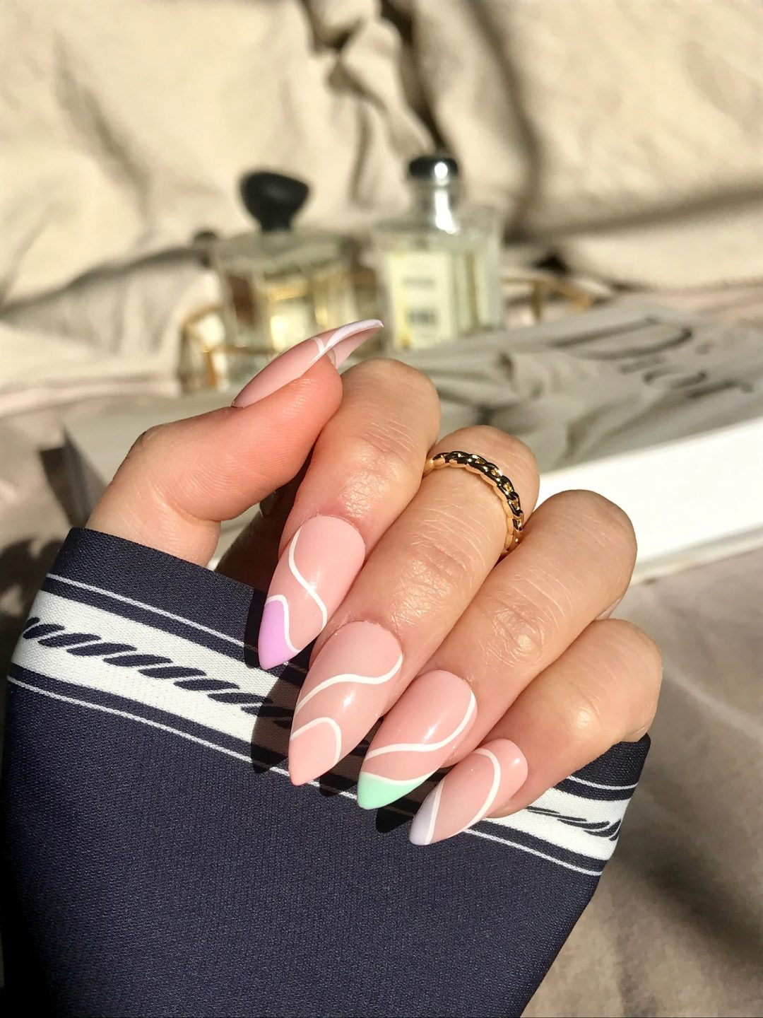 Multicolor swirly nails for minimalist