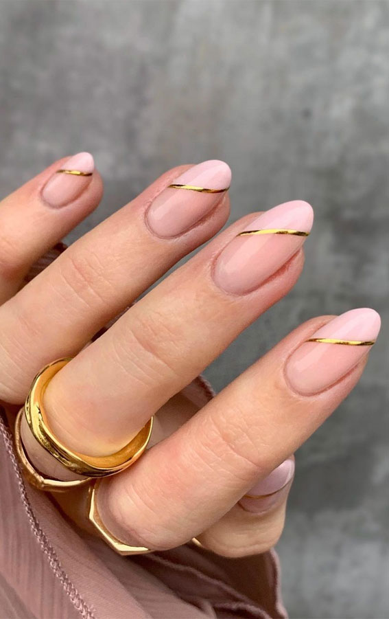 Cute short and simple minimalist nails with gold